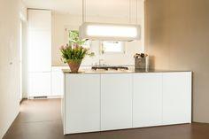 Küche mit Edelstahlabdeckung und weiss lackierten Fronten.