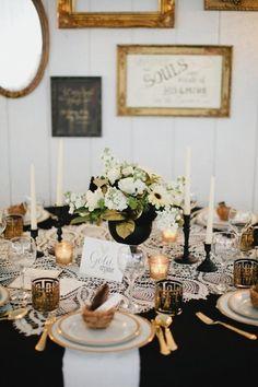 Elegáns arany esküvői asztal dekoráció. A váza színe passzol az asztal többi eleméhez, és még a virágdísz leveleit is aranyra festették az extra csillogásért.
