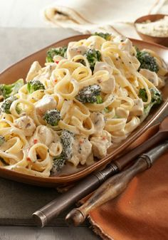 Easy Chicken & Broccoli Alfredo – This savory Alfredo recipe may seem complicated to make, but it's a snap when you know this shortcut. A creamy cheese sauce tops chicken, fettuccine pasta, and fresh broccoli in 20 minutes flat. Pasta Alfredo Con Pollo, Pate Alfredo, Chicken Broccoli Alfredo, Alfredo Recipe, Chicken Fettuccine, Alfredo Sauce, Fettuccine Alfredo, Chicken Brocoli, Chicken Pasta
