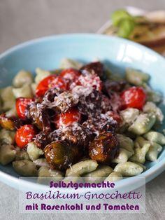 Selbstgemachte Basilikum-Gnocchetti mit Rosenkohl und Tomaten. Geschmacklich getoppt wird das ganze noch mit frischem Pecorino und Thymian. | Rezept gibt's auf www.sarahs-greenfield.blogspot.com