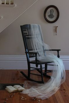 an empty rocking chair makes your mind wander into spooky territory Decor-wise, Halloween has never been my holiday. Christmas sparkle and Easter florals certainly inspire, but to me all those gravestones and ghouls are jus Halloween Prop, Casa Halloween, Holidays Halloween, Halloween Crafts, Happy Halloween, Halloween Decorations, Halloween Ideas, Samhain Halloween, Halloween 2019