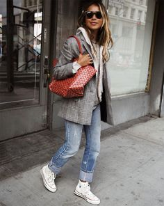layered outfit to copy : blazer + cardi + top + boyfriend jeans + sneakers Blazer Outfits, Jean Outfits, Casual Outfits, Outfits With Converse, Converse Chuck, Converse High, Best Blazer, Look Blazer, Blazer Jeans