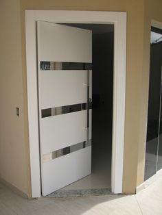 Porta pivotante com detalhes nos frisos em Inox, pintura laca P.U branco acetinado (Sayerlack) - Ecoville Portas Especiais