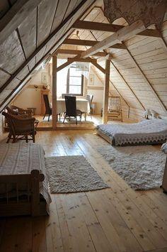Gemütlicher Dachboden. Holz dominiert und bringt Gemütlichkeit unters Dach.