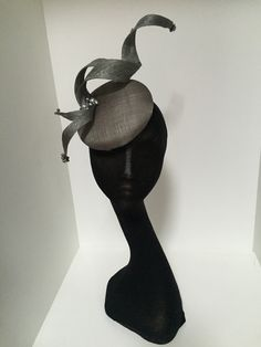 Love the simplicity of these designs. Pillbox Hat, Fascinator Hats, All Souls Day, Costume Hats, Cocktail Hat, Church Hats, Fancy Hats, Berets, Hat Shop