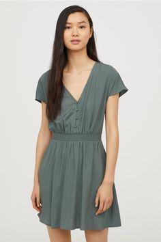 Sukienka z dekoltem w serek - Ciemnozielony - ONA | H&M PL 1