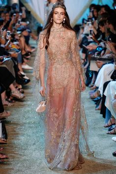 20 Amazing Looks From Elie Saab Fall Winter 2017 Couture Collection ➤ To see more news about fashion visit us at www.fashiondesignweeks.com #fashiontrends #fashiontips #celebritystyle #elisabethmoments #fashiondesigners @fashiondesignweeks @elisabethmoments