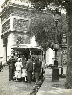 Paris Place de l'Etoile - Bus stop 1951 Maurice Georges Chanu