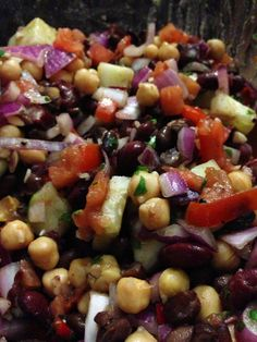 Salada com quatro feijões: feijão preto, feijão de Cannellini, ervilhas de pintainho, grão-de-bico.