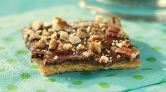 Show off your baking skills with these amazing Graham Cracker Toffee Bars. These sublimely sweet Graham Cracker Toffee Bars are topped with semi-sweet chocolate and pecans for incredible, crowd-pleasing flavor. Biscuits Au Caramel, Biscuits Graham, Kraft Recipes, Yule, Cookie Recipes, Dessert Recipes, Dessert Bars, Easy Desserts, Dinner Recipes