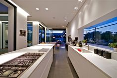 Wnętrze kuchni nowoczesnego domu w Cezarei, Villa C projektu Gal Marom Architetsc. Zainspiruj się! Długa, wąska kuchnia czyli nowoczesna kuchnia o nietypowym kształcie - również może być to wygodna, funkcjonalna kuchnia! Zobacz jak wygląda nowoczesne projektowanie i zainspiruj się! Zapraszam na bloga!