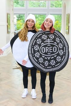 Halloween is one of the best parts of the fall. This post is going to show you some creative best friend Halloween costume ideas for you and your friends to copy this year. Films D' Halloween, Couples Halloween, Best Friend Halloween Costumes, Friend Costumes, Halloween Look, Halloween Outfits, Halloween Ideas, Halloween Office, Women Halloween