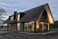 Modern home design Cabin Design, Modern House Design, Black House Exterior, Different House Styles, Coastal House Plans, Village House Design, Thatched House, Modern Farmhouse Exterior, Mansions Homes