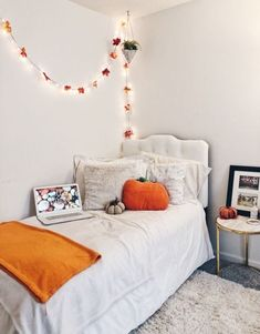 Charming Diy Dorm Room Decorating Ideas On A Budget - Room decor - Dorm Room İdeas Fall Bedroom Decor, Bedroom Inspo, Home Decor, Bedroom Ideas, Autumn Diy Room Decor, Design Bedroom, Halloween Room Decor, Halloween Decorations, Autumn Room