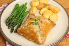 17 Genius Recipes Made with Crescent Roll Dough – The Dish by KitchMe Easy Dinner Recipes, New Recipes, Cooking Recipes, Favorite Recipes, Yummy Recipes, Recipies, Crescent Roll Recipes, Crescent Rolls, Crescent Ring
