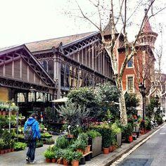 De overdekte markt Mercat de la Concepció ligt in de wijk Eixample. Deze markt werd ingehuldigd in 1888 en kreeg deze naam omdat een nabijgelegen kerk zo heette. In de buurt vonden er al sinds het midden van de achttiende eeuw markten in de open lucht plaats. In 1998 werd het complex volledig gerenoveerd. http://bezoekbarcelona.blogspot.com/2010/11/markten-in-barcelona-vervolg.html