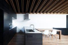 #迴游の住宅 密閉式的建築外觀,在室內卻是開放通透的空間感,連貫一二樓的中庭為居家引入很棒的自然風光,也讓家的每一處空間都伴隨光、景與風,散布著自然愜意的居家氛圍。 via APOLLO Architects & Associates