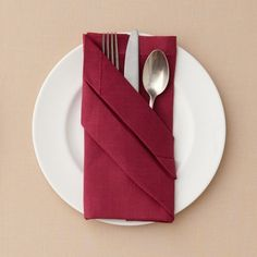 Fold napkins and a creative table decoration on O. Fold napkins and a creative table decoration on O. Wedding Napkin Folding, Wedding Napkins, Wedding Table, Wedding Reception, Simple Napkin Folding, Napkin Folding Pocket, Christmas Napkin Folding, Paper Napkin Folding, Deco Nouvel An