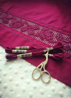 Fashion 2020, Embroidery Stitches, Napkin Rings, Napkins, Detail, Sewing, Bullion Embroidery, Dressmaking, Manualidades