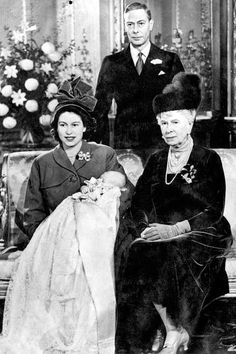 No domingo (05.07), a princesa Charlotte Elizabeth Diana, filha de Kate Middleton e do príncipe William foi batizada em Norfolk, na Inglaterra. E, como segue a tradição, vimos a bebê usando um man...
