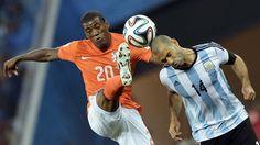 JUSTO. El holandes Georginio Wijnaldum disputa la pelota junto a Javier Mascherano de Argentina. (AFP PHOTO  JUAN MABROMATA)