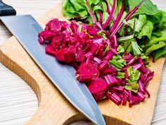 SOUND: https://www.ruspeach.com/en/news/13391/     Мангольд - это растение, которое похоже на свеклу со съедобными листьями. Листья этого растения похожи на шпинат. Мангольд богат калием, железом, натрием, магнием, а также витаминами К, А, Е. Корень мангольда содержит большое количество сахара. Его использовали для добычи сахара. Затем его заменила сахарная свекла. Мангольд используют для приготовления салатов и овощных рагу.    Mangold is a plant which is similar to beet wit