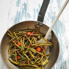 Aujourd'hui je partage avec vous une recette de haricots verts. En pleine saison, ici on en mange quasi tous les jours : j'en achète 2 kilos à chaque fois, et je les écoule au fil des repas. Ça peut être en salade composée, poêlés avec du persil et de l'ail, avec de la viande hachée, …