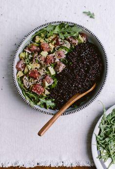 Sesame Crusted Seared Tuna Salad Bowl I An easy to make weeknight dinner recipe.