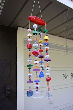 a wind chime from recycled plastic lids! Full step by step tutorial with printable instructions from Crafts by Amanda!Make a wind chime from recycled plastic lids! Full step by step tutorial with printable instructions from Crafts by Amanda! Plastic Bottle Crafts, Bottle Cap Crafts, Plastic Bottles, Plastic Items, Plastic Spoons, Diy Bottle, Carillons Diy, Bottle Top Art, Wind Chimes Craft