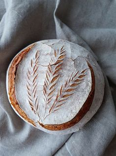 Anita Šumer's creations look beautiful and delicious! Anita Šumer Anita Sumer bakes these beautifully decorated loaves of sourdough bread. She either cuts patterns into the dough or uses a. Artisan Bread Recipes, Sourdough Recipes, Artisan Food, Sourdough Bread, How To Store Bread, How To Make Bread, Brownie Recipe Without Chocolate, Bread Shop, Bread Shaping