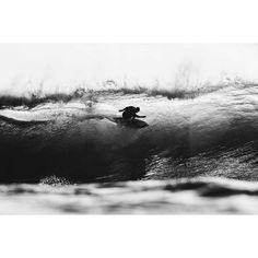 Take the risk #surf #pipe #surfphotography #weesurfapp #downloadforfree #linkinbio 📷 @laserwolf.photo