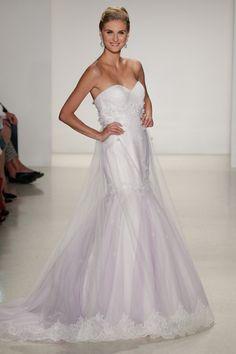 Pin for Later: Die 100 besten Hochzeitskleider der Brautmodenschauen Disney Fairy Tale Weddings by Alfred Angelo Herbst 2015 Rapunzel