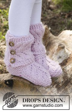 Strawberry Pudding - Knitted children slippers in garter st with lace pattern in DROPS Eskimo. - Free pattern by DROPS Design Sweater Knitting Patterns, Knitting Socks, Free Knitting, Baby Knitting, Crochet Patterns, Cute Slippers, Slippers For Girls, Knitted Slippers, Slipper Socks