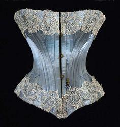 ENGLISH VERSION AT THE END Le Noir dans l'histoire textile Durant des siècles les vêtements noirs furent l'apanage de la classe dirigeante. Seuls les monarques, la noblesse, les hommes…