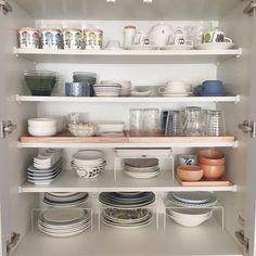 毎日使う食器だからこそ使いやすくしまう!見た目も美しい食器収納10のアイデア   folk Storage Organization, Organizing, Tableware, Interior, Room, House, Lifestyle, Cleaning, Bedroom