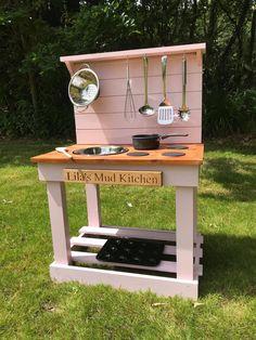 Outdoor Play Kitchen, Diy Mud Kitchen, Mud Kitchen For Kids, Toy Kitchen, Kids Wooden Kitchen, Backyard For Kids, Diy For Kids, Backyard Toys, Diy Karton