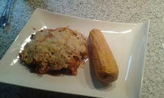 Mexicaanse bonenschotel met maiskolf uit de oven. 500gr. Rundergehakt, 2uien in ringen, 2knoflooktenen, 2 eetlepels tomatenpuree, 1 blik gepelde fomaten; 2blikken kidney bonen, mais, mexic. Kruiden mix, creme fraiche,. Nacho tortillia chipszak pletten en er over strooien, als de rest gebakken is. Geraspte kaas erover en 20 min. In de oven op 200 gr. Zoete maiskolven voorkoken insmeren met rode peper mayonaise en paprikapoeder en even grillen.