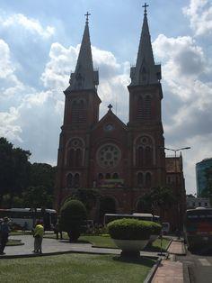 De Basiliek van Notre-Dame van Saigon is een kathedraal in de binnenstad van Ho Chi Minhstad, Vietnam aan het begin van de Đường Đồng Khởi. Deze kathedraal werd gebouwd door de Franse kolonisten tussen 1877 en 1880. Wikipedia