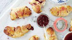 De lækre kærnemælkshorn kan fyldes med din yndlingsmarmelade - her er opskriften med hindbærmarmelade