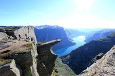 Norvège: le rocher du Trolltunga (langue du Troll) surplombant le lac Ringedalsvatnet.
