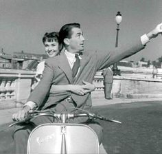 Gregory Peck and Audrey Hepburn, in Vacanze romane (Roman Holiday), William Wyler Gregory Peck, Audrey Hepburn Biography, Classic Hollywood, Old Hollywood, I Movie, Movie Stars, Audrey Hepburn Roman Holiday, William Wyler, Cinema
