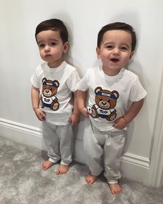 Reminds me of when my twin boys where little:) Cute Baby Twins, Twin Baby Boys, Twin Babies, Baby Love, Baby Kids, Twin Boys Photography, Twin Baby Photos, Twin Toddlers, Cute Baby Pictures