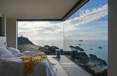camera da letto con una finestra grande per vedere una vista brava