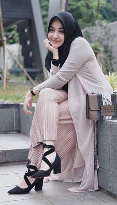 Pin Image by Bunda Hijaber Fashion Week, Fashion 2020, Men's Fashion, Fashion Outfits, Beautiful Hijab Girl, Beautiful Muslim Women, Arab Girls Hijab, Muslim Girls, Casual Hijab Outfit
