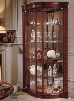 Spectavular glass cabinet with marquetry. Curio Cabinet Decor, Corner Display Cabinet, Kitchen Cabinets Decor, Bookcase Styling, My Home Design, Contemporary Kitchen Design, Dining Table Design, Marquetry, Classic Furniture