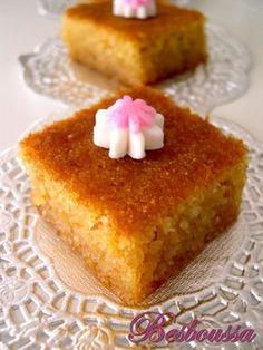 Je vous propose aujourd'hui une recette de gâteau facile et économique à base de semoule. La besboussa : son moelleux et son goût sont tout simplement exquis. Ingrédients : 3 œufs 1 verre de semoule moyenne 1 verre de sucre 1 verre de chapelure (biscotte...