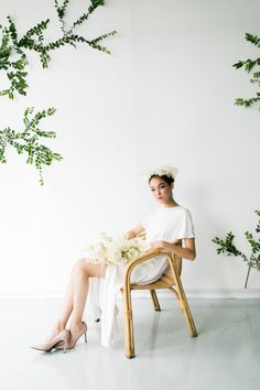 Minimalist modern bride inspiration featuring a minimalist white dress and floral accents. #modernbrides #minimalistbridedress #uniqueminimalistbride