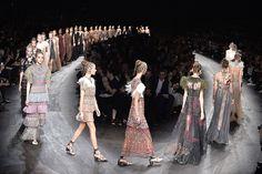 A semana de moda de Paris aconteceu entre os dias 29 de setembro a 7 de outubro, e veio repleta de novidades e de tendências para a primavera-verão 2016. Desfiles lindíssimos, surpreendentes e que deram o que falar. A marca Valentino ousou explorando a integração cultural como seu tema, um assunto que é comentado em […]