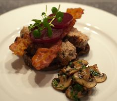 """""""Leverpostej"""", a simple classic smørrebrød. Baked liver paste with bacon, parsley and some butter-fried mushrooms. In this version, also with beets. Fried Mushrooms, Stuffed Mushrooms, New Nordic, Danish Food, Sandwiches For Lunch, Bacon, Eat Smart, Beets, Favorite Recipes"""