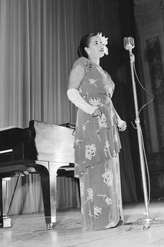 Billie Holiday performs on stage in the mid in New York City, New York. Billie Holiday, Lady Sings The Blues, Dorothy Dandridge, Vintage Black Glamour, Music Pics, Jazz Musicians, Jazz Blues, Popular Music, Female Singers